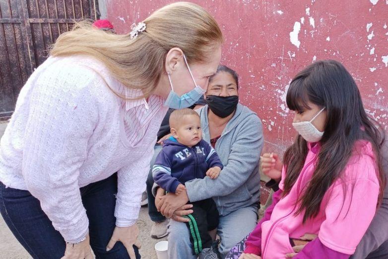 Visita Adriana Fuentes a vecinos de la colonia Pancho Villa