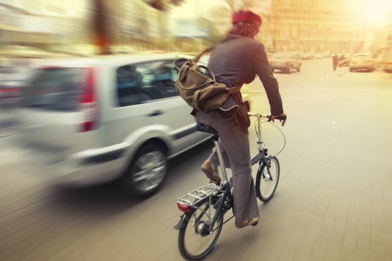 Ciclista muestra su destreza al esquivar un auto y evita chocar con otro