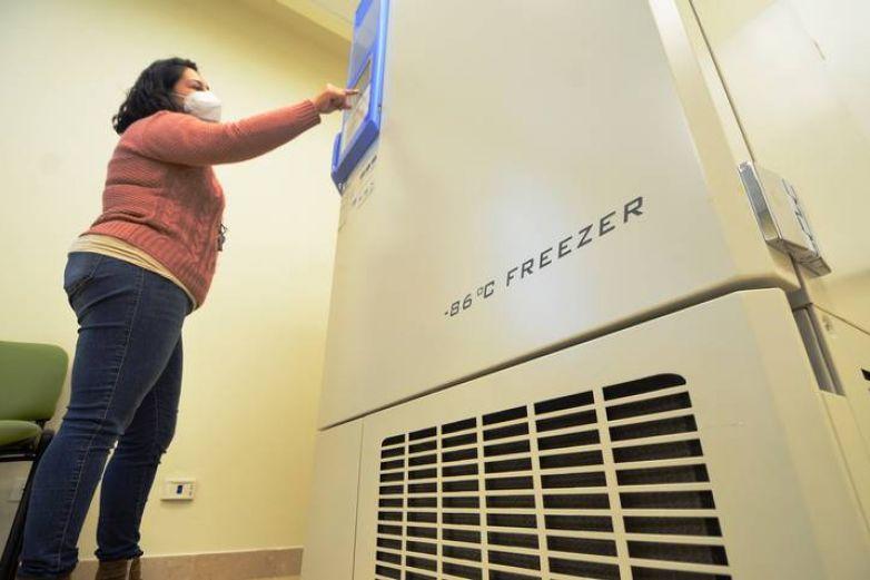 Cuenta UACJ con refrigerador para guardar vacunas anticovid