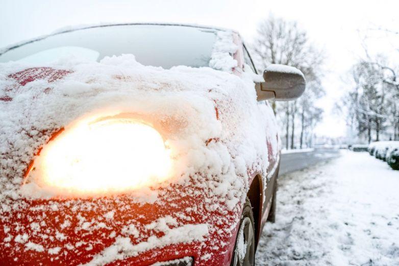 Utilizan una excavadora de nieve para cubrir un carro que se estaba incendiando