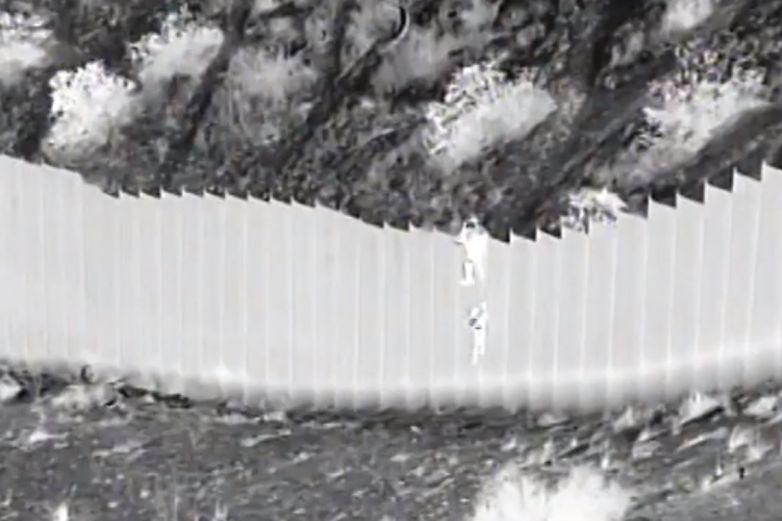 Video: Lanzan 'polleros' a dos niñas pequeñas desde muro fronterizo
