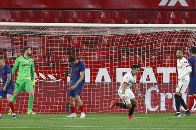 El Atlético cede más al caer en Sevilla, escándalo en Cádiz