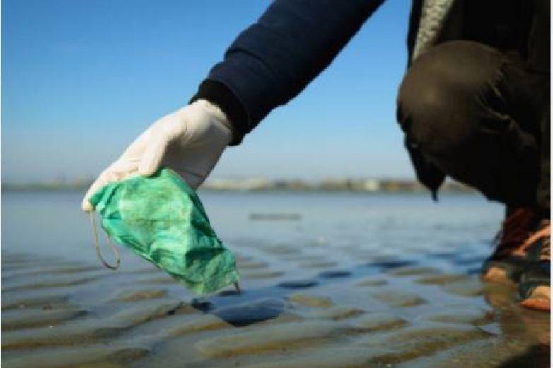 Desechan cubrebocas en océanos: advierten consecuencias