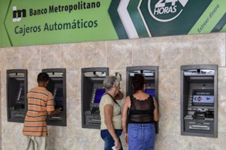 Cubanos se vuelven millonarios: un error bancario los ilusiona