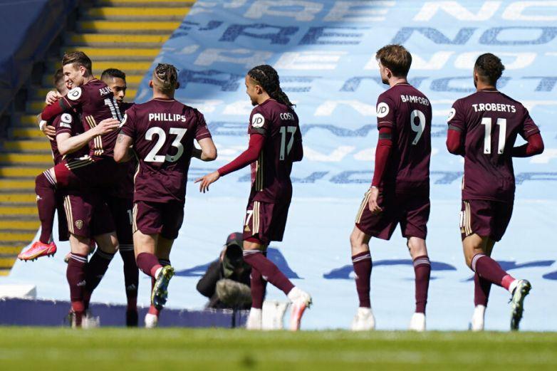 Leeds United vence al City con un hombre menos