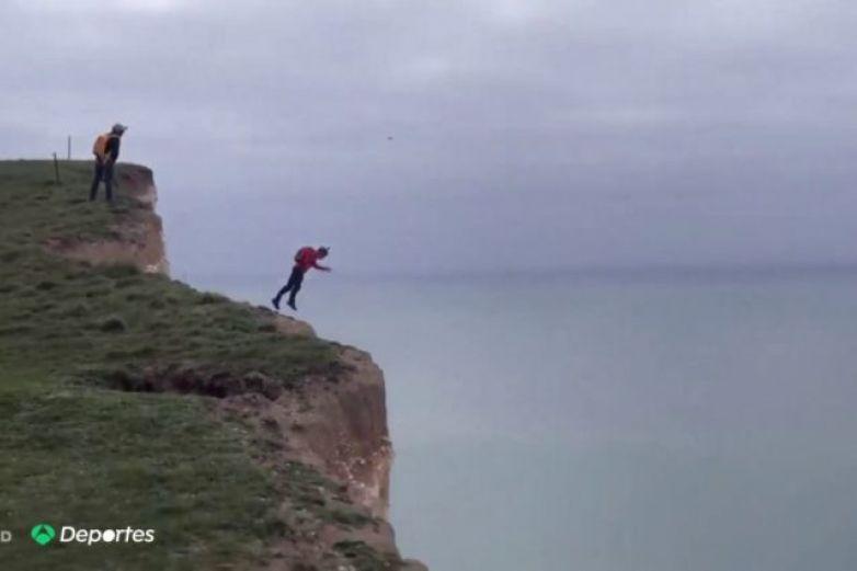VIDEO: Sufre un grave accidente tras fallo en el paracaídas