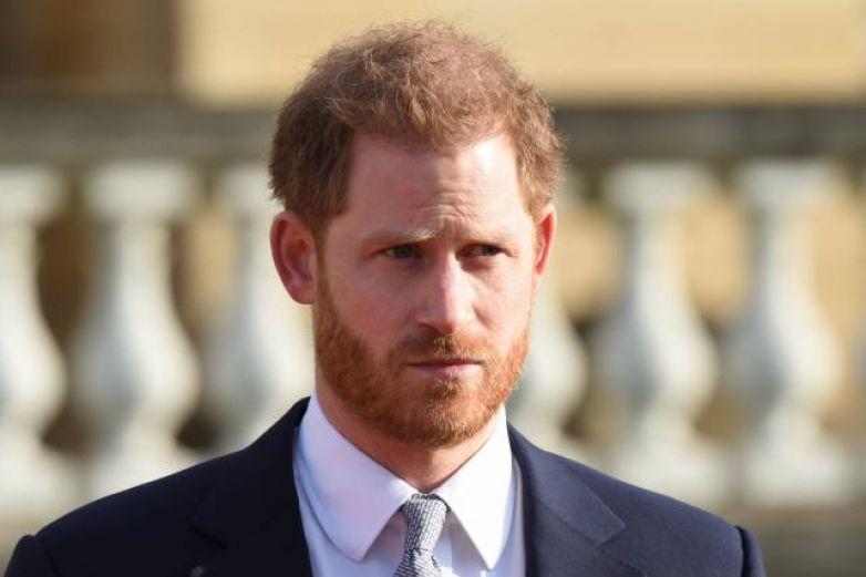 Príncipe Harry viaja solo para despedir a su abuelo