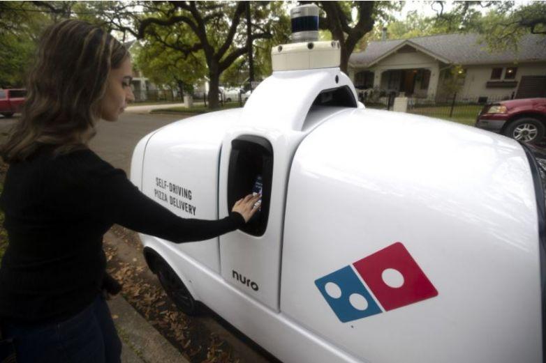 El futuro es hoy: robot reparte pizza a domicilio
