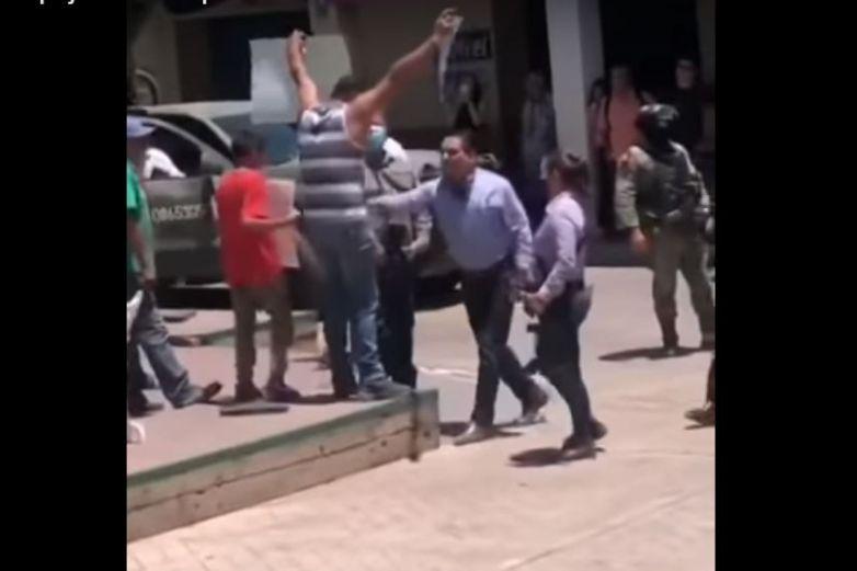 Video: Agrede gobernador de Michoacán a maestro manifestante