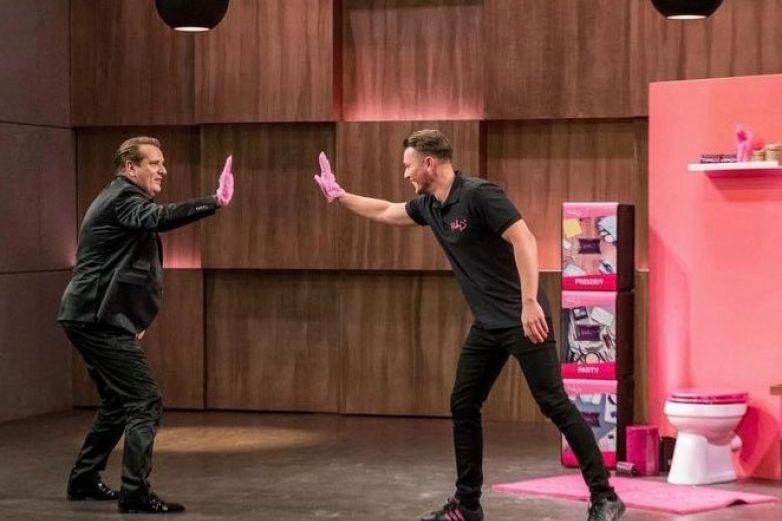 Hombres crean guantes para tirar tampones