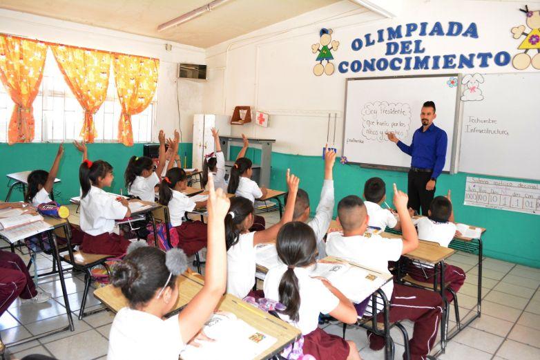 Candidatas y candidatos celebran a maestros