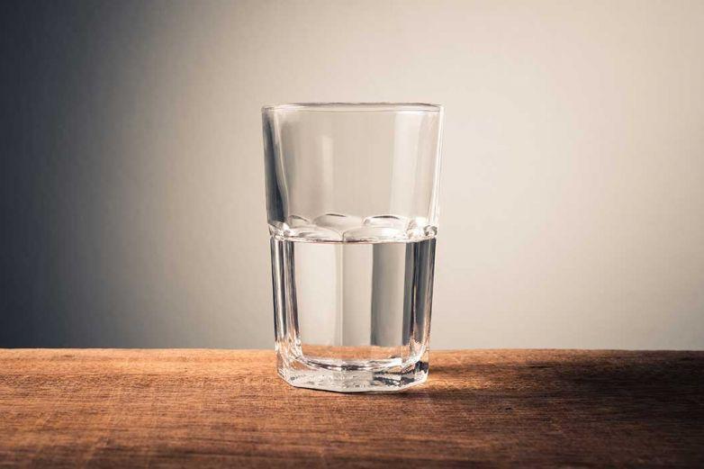 ¿Es malo beber agua que estuvo asentada toda la noche?