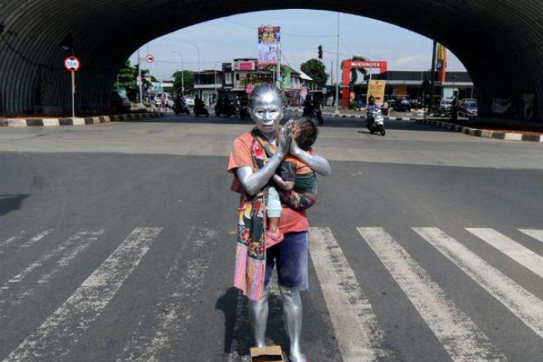 Fotos: Trabaja como estatua viviente para alimentar a su nieto de 2 años