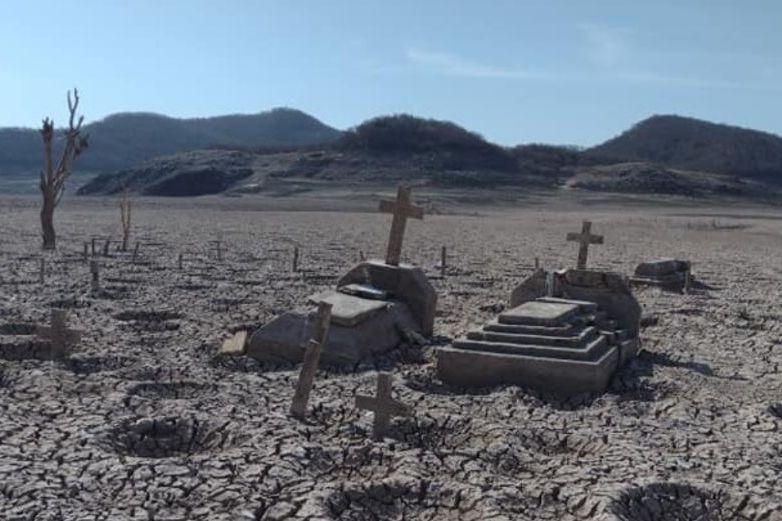 Fotos: Sequía deja al descubierto un panteón en Sinaloa