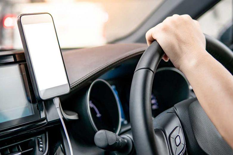 Razones para no cargar la batería tu celular en el auto