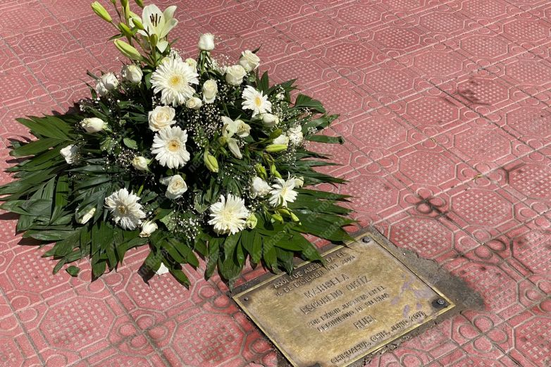 Colocan flores en placa de Marisela Escobedo