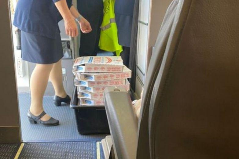 ¡Héroe sin capa! Piloto pide pizza para pasajeros de un vuelo atrasado
