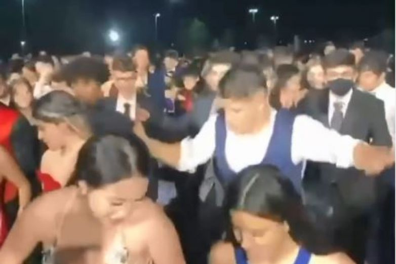 Video: Así celebran jóvenes graduados en El Paso