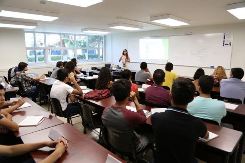 Felicita UACJ a maestros en su día