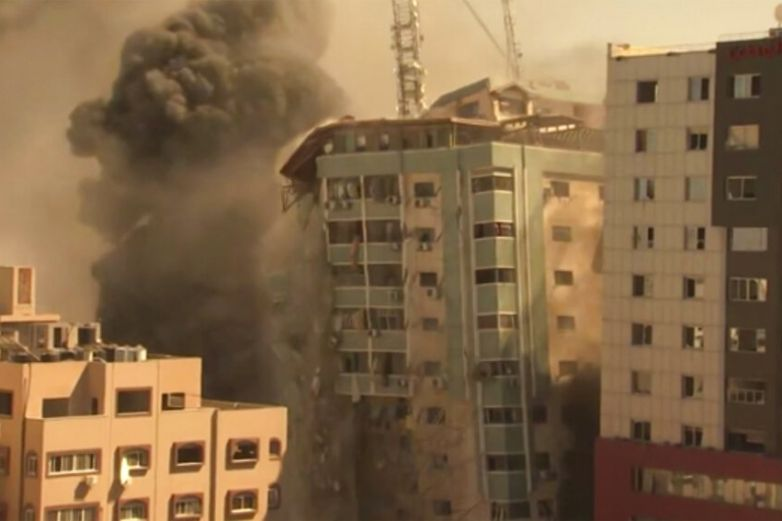 Israel destruye edificio que albergaba sede de AP en Gaza