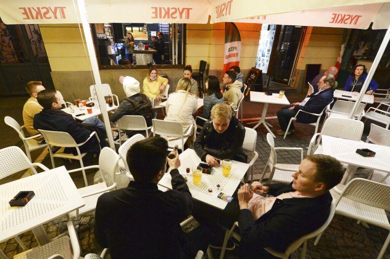 Polonia reabre parcialmente bares y restaurantes