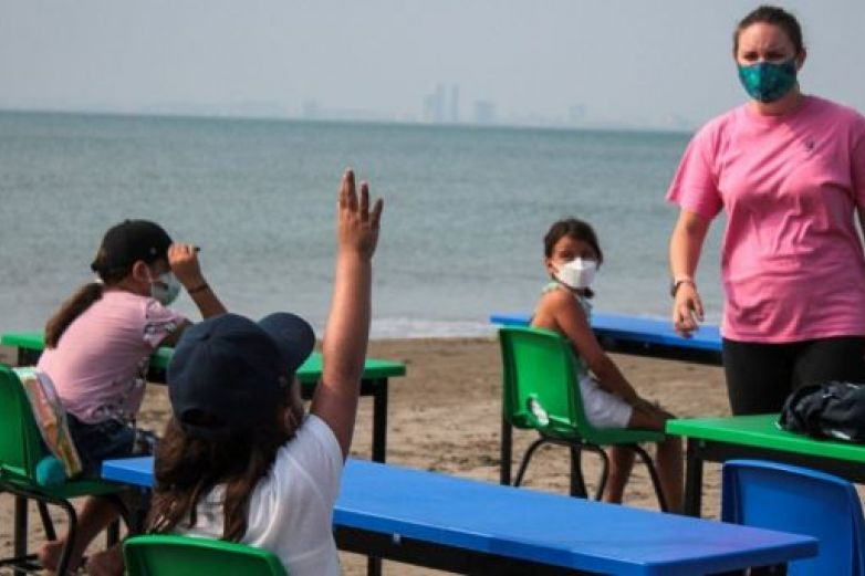 Escuela privada regresa a clases presenciales... en la playa