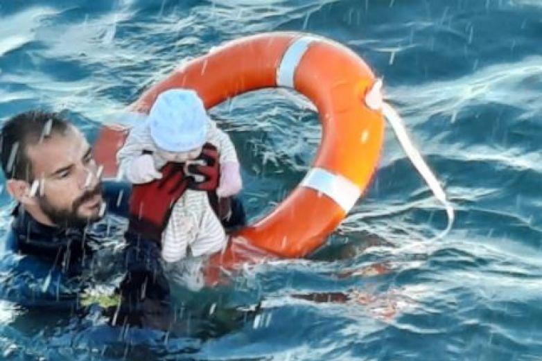 Guardia Civil Española rescata a bebé a punto de ahogarse