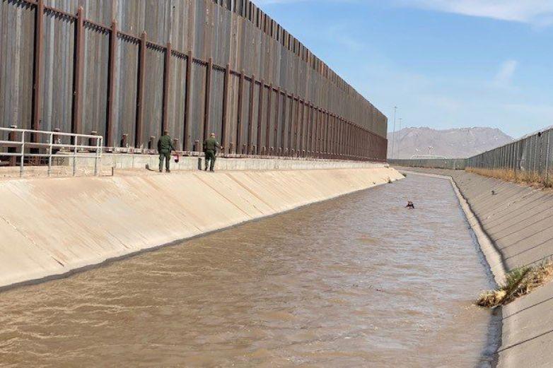 Rescatan a migrantes en canal de El Paso