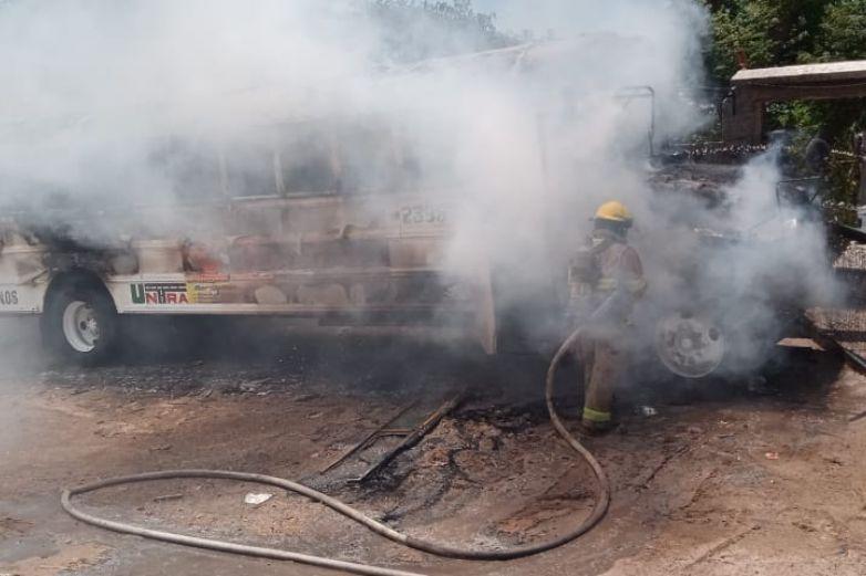 Fuego acaba con camión en Anapra