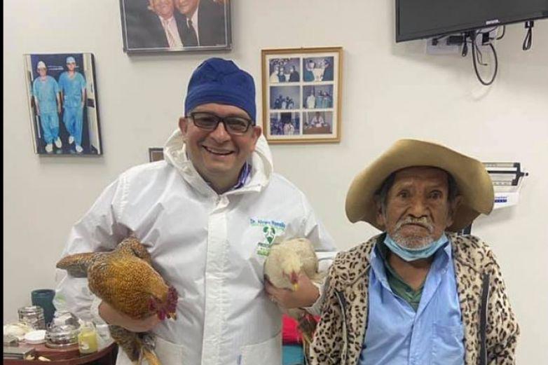Abuelito paga operación con dos gallinas