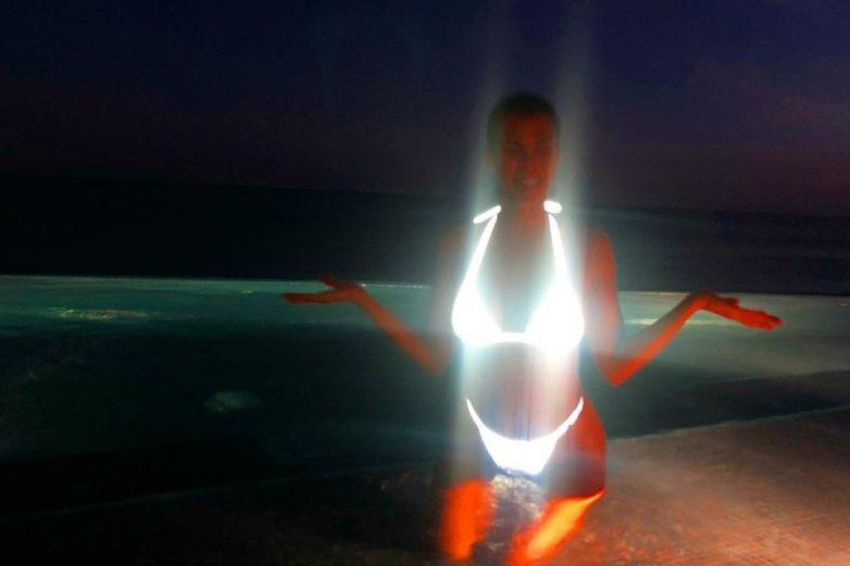 Kourtney Kardashian marca tendencia con bikini que brilla en la oscuridad