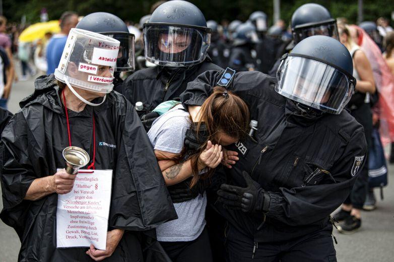 Se enfrentan policías y manifestantes en Alemania