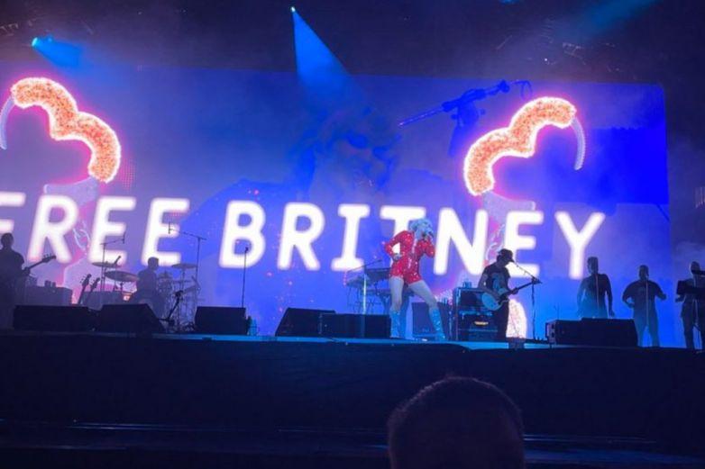 Miley Cyrus comparte el #FreeBritneydurante su show en Lollapalooza