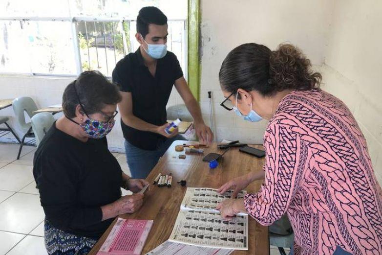 Pese a retrasos, chihuahuenses emiten opinión en consulta