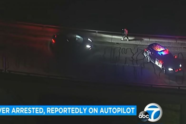 Video: Auto Tesla viajaba en piloto automático con pasajero inconsciente