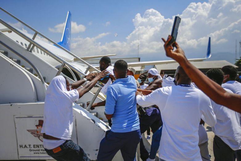 Haitianos deportados tratan de subirse de nuevo a avión