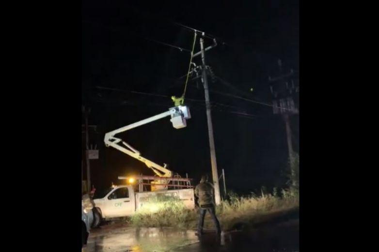 Derriba conductor dos postes en Cuauhtémoc y huye