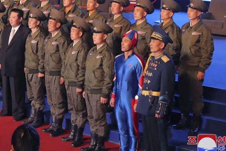 Se disfraza militarde 'Capitán América' y se hace viral