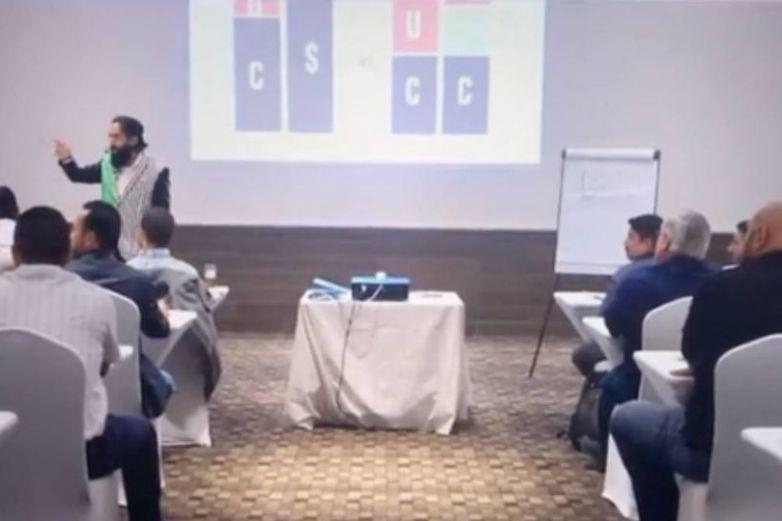 Tunden en redes a Carlos Muñoz por humillar a mesero en conferencia